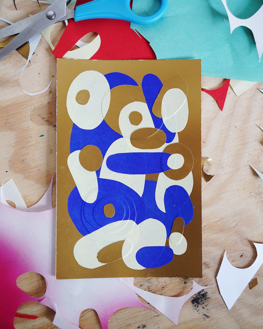 Petit collage de papier bleu et or sur fond doré format A6