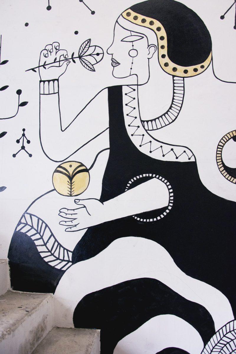 Fresque en noir et blanc d'une femme avec une fleur